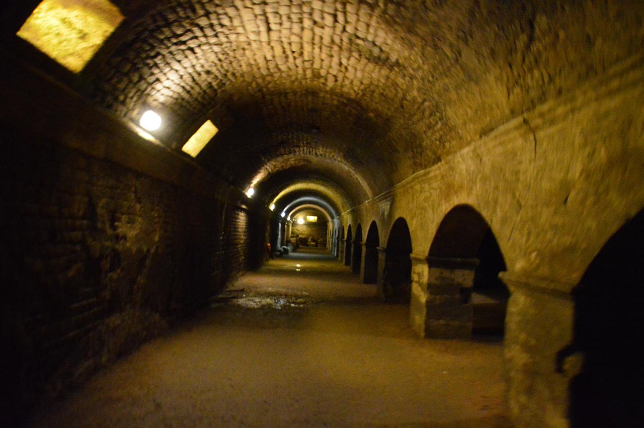 크립토포르티쿠스. 로마시대의 비밀 지하통로가 어둠 속에서 끝도 없이 이어진다.