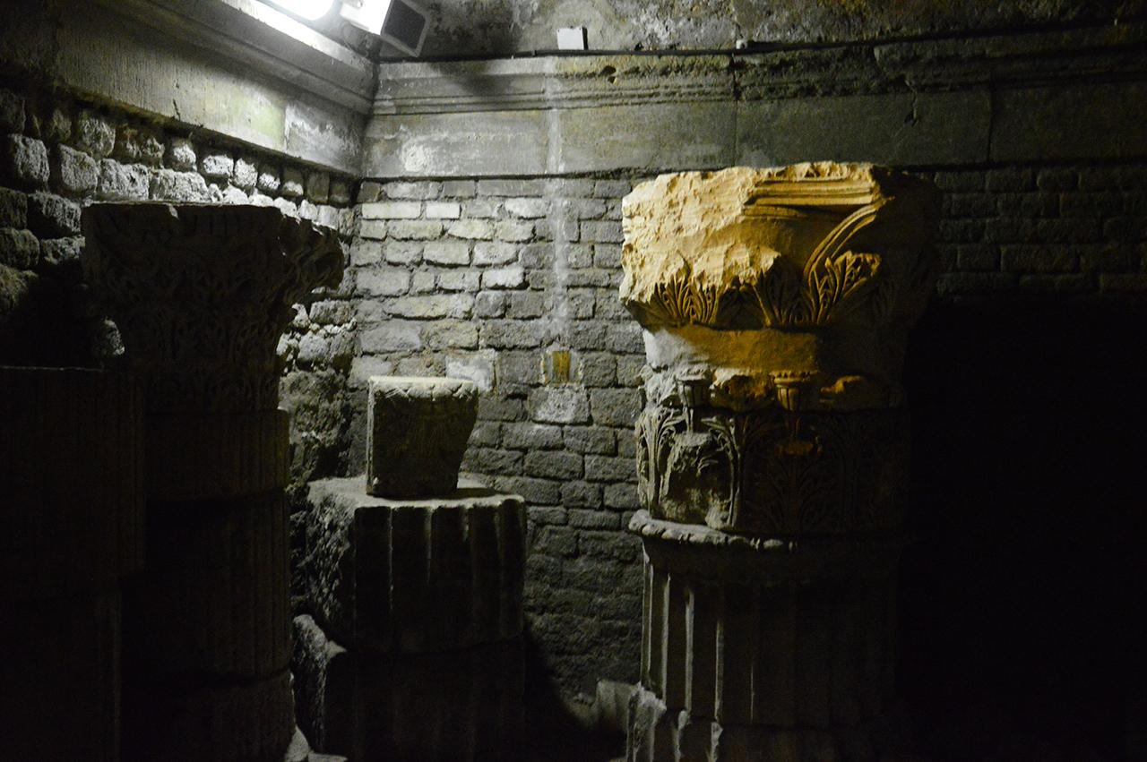 크립토포르티쿠스의 석재조각. 무려 2천년 전의 역사가 이렇게 구석구석 쌓여 있다.