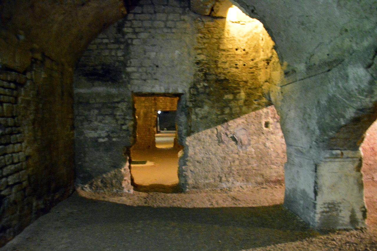 크립토포르티쿠스 미로. 아무도 없는 고대 로마로의 답사길이 계속 진행되었다.
