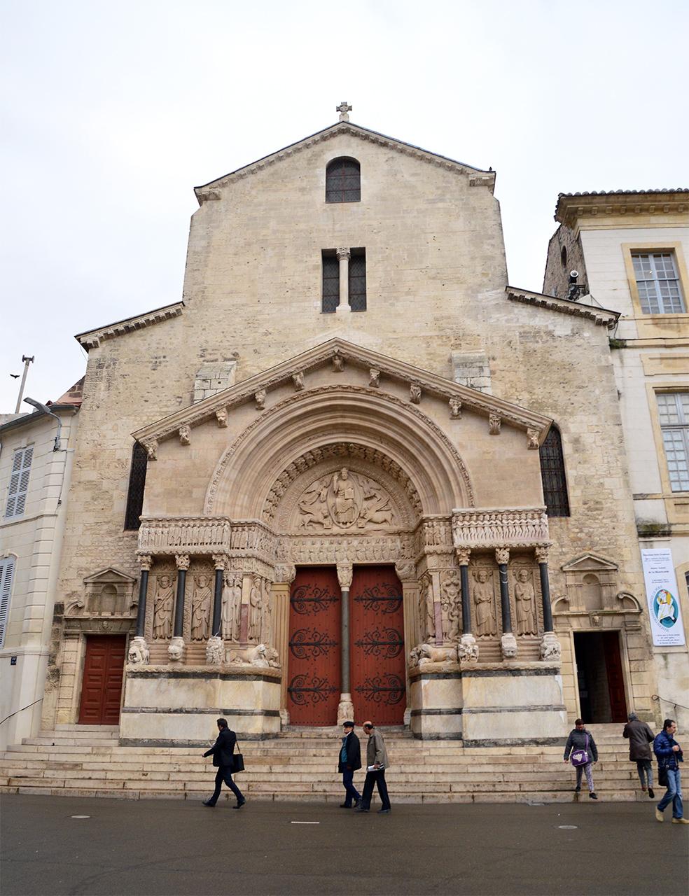 생 트로핌 성당. 12세기에 지어진 로마네스크 양식의 예쁜 성당이다.