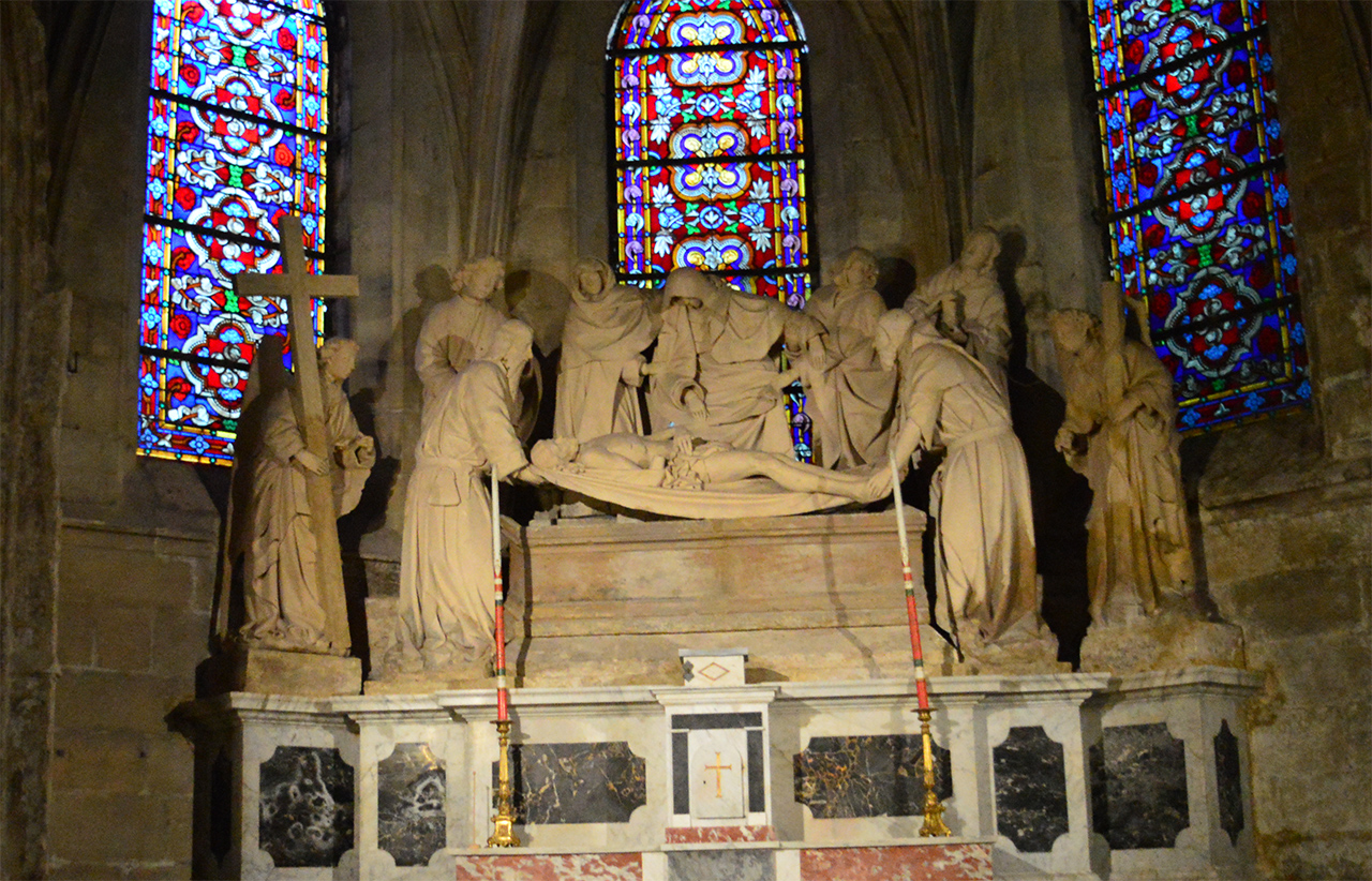 성당 내부.  아를 주교의 석관 등 아를의 옛 역사가 그대로 쌓여 있다.