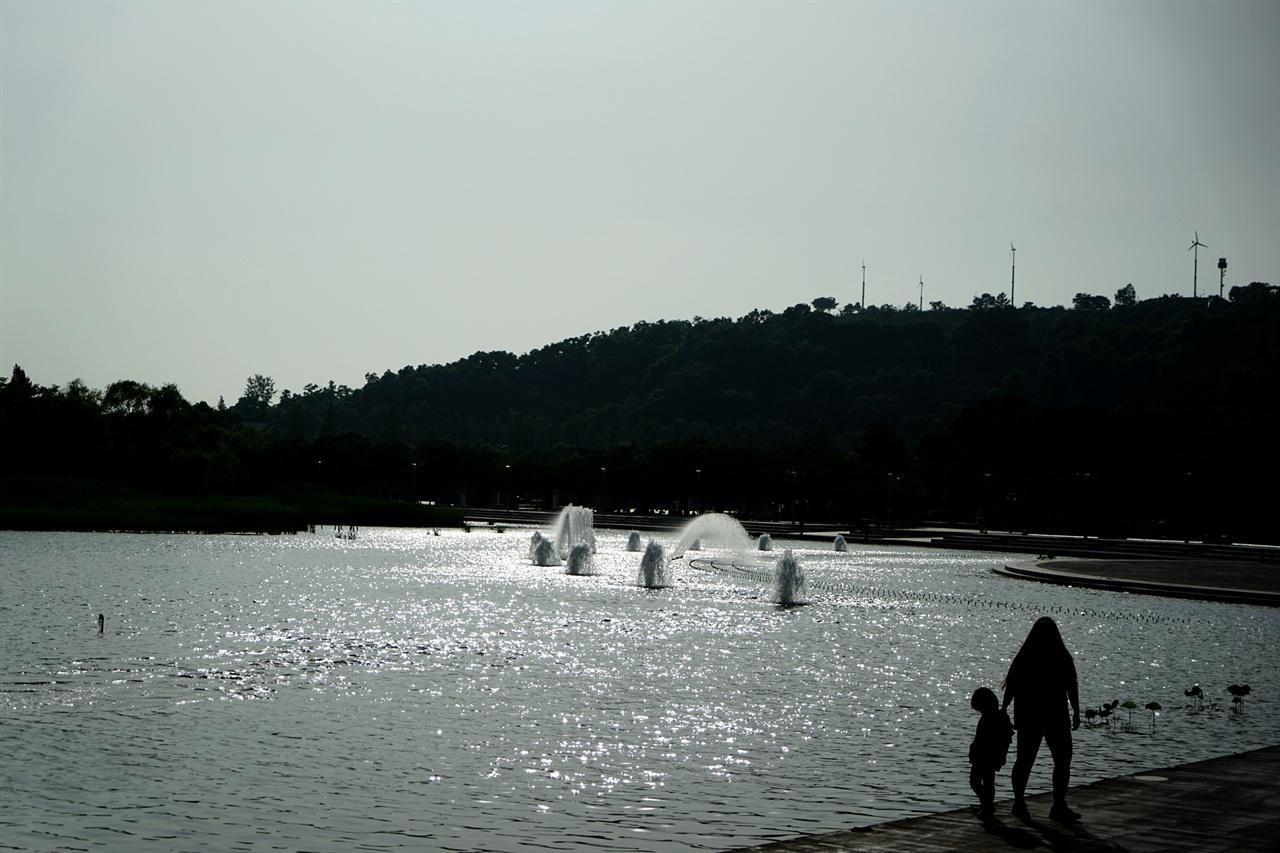 시원한 분수가 있는 호수