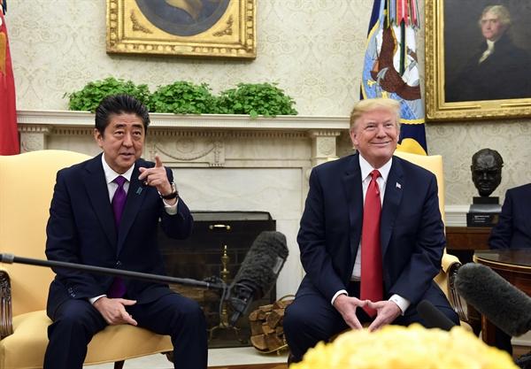 백악관 집무실서 만난 트럼프와 아베  (워싱턴 AP=연합뉴스) 도널드 트럼프 미국 대통령(오른쪽)이 7일(현지시간) 백악관 집무실에서 아베 신조 일본 총리를 만나고 있다.