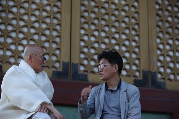 '스님, 어떤 게 잘 사는 겁니까'라는 책을 펴낸 명진 스님이 인터뷰에 응하고 있다.