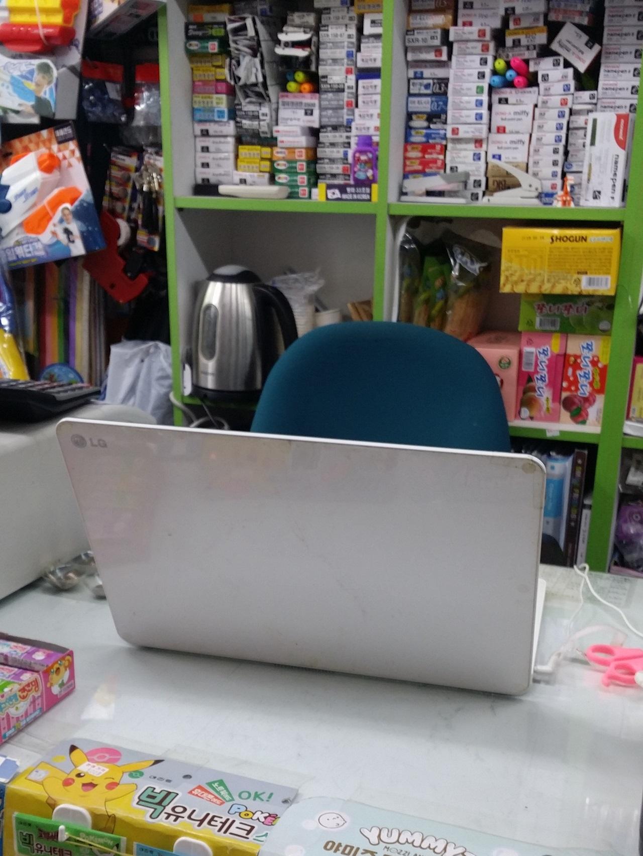 좁고 복잡한 카운터이지만 글을 쓰는 공간이 된다