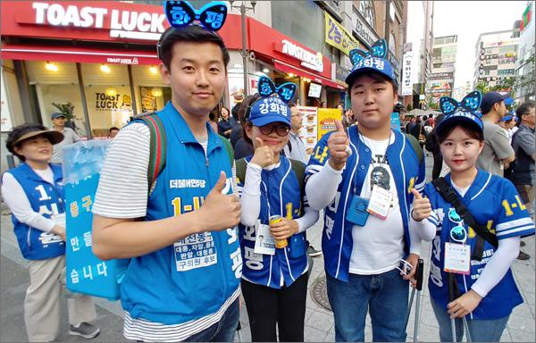 쓰레기 통을 매고 선거운동을 펼치는 강화평 후보(사진 왼쪽).