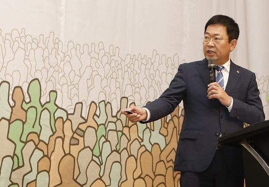 박남춘 더불어민주당 박남춘 인천시장 후보가 8일 아침 열린 새얼아침대화에서 정견과 공약을 밝히고 있다.