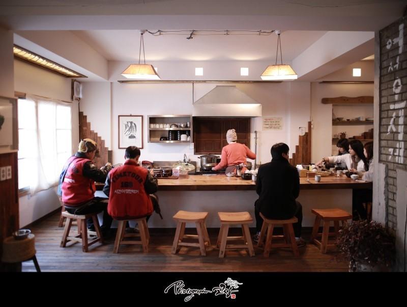 <서울을 떠나는 삶을 권하다>의 첫 번째 인터뷰이 이근영씨. 반나절은 식당 '밥하지마'를 운영하고, 반나절은 마을공동체 연구를 하고 있다.