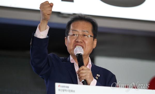9일 지방선거 유세를 위한 부산을 찾은 홍준표 자유한국당 대표가 유권자들에게 지지를 호소하고 있다.