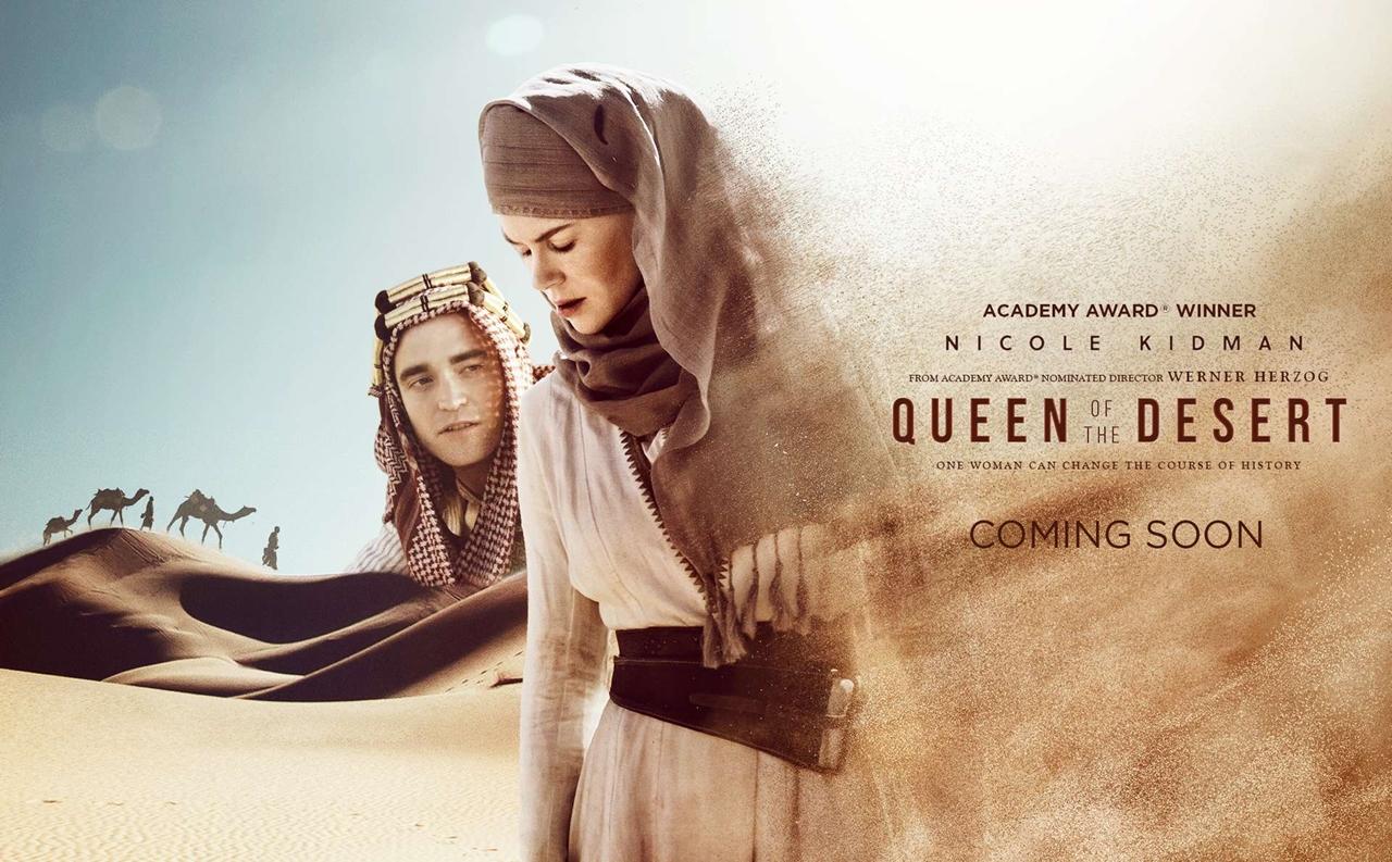 영화 <퀸오브데저트>의 포스터 베르너 헤어조크 감독, 니콜 키드먼 주연. 19세기 여성 탐험가 거트루드 벨의 일대기를 다룬 영화로, 2015년 개봉했다.