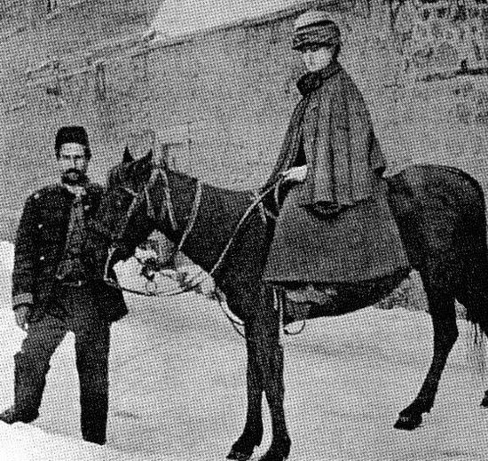 바지를 입고 승마를 했다는 논란에 이사벨라 버드가 제시한 사진 터키 에르제로움에서 찍은 사진으로 바지논란을 일축해버렸다.