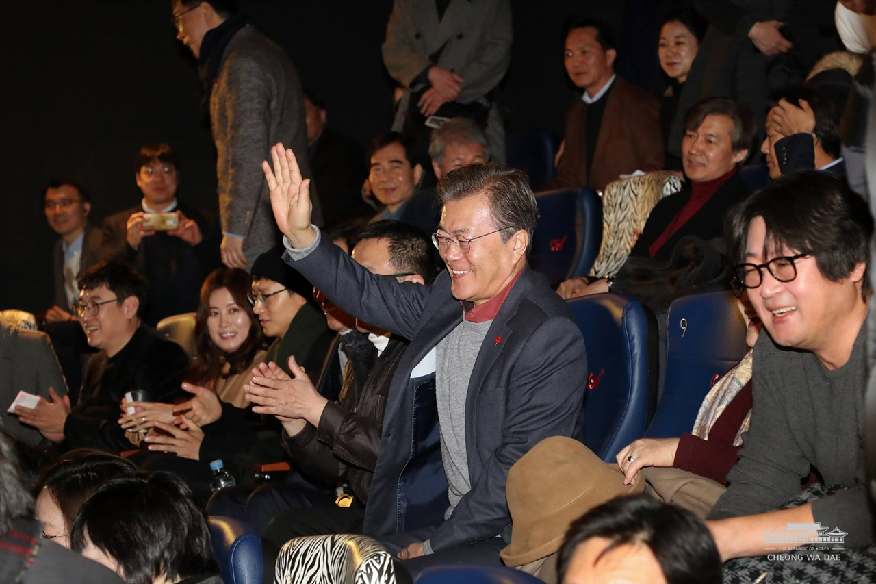 지난 1월 7일 영화 < 1987 >을 관람하기 위해 서울의 한 극장을 찾은 문재인 대통령