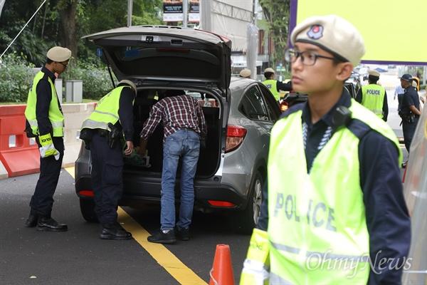 김정은 숙소 진입 차량 검색하는 경찰 북미정상회담을 이틀 앞둔 10일 오전 김정은 북한 국무위원장의 숙소인 싱가포르 세인트레지스 호텔 앞에서 경찰이 호텔 진입하는 차량의 검문검색을 하고 있다.