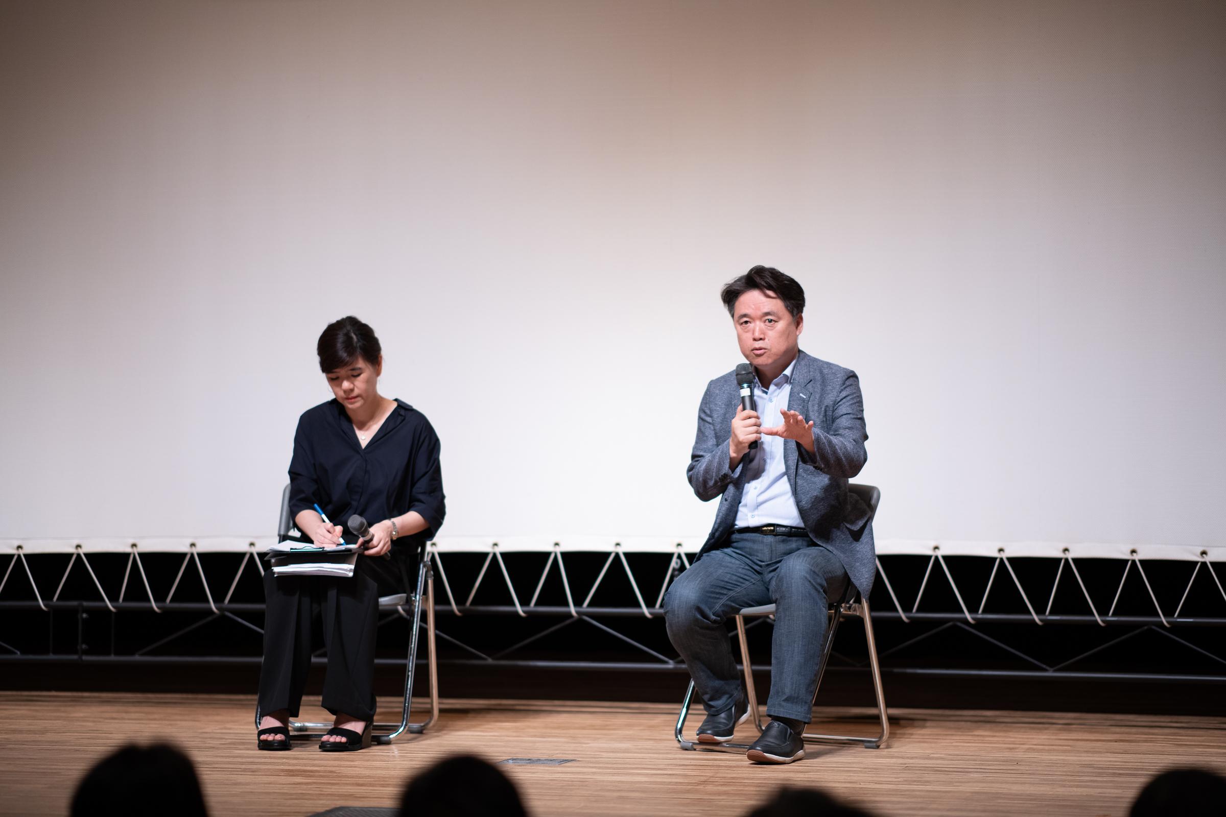 최승호 감독이 9일 오후 도쿄 나카노구 나카노제로홀에서 영화 <공범자들>에 대한 얘기를 하고 있다.