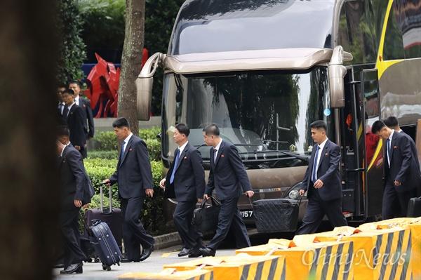 경호 장비 옮기는 북한 경호원들 북미정상회담을 이틀 앞둔 10일 오전 김정은 북한 국무위원장의 숙소인 싱가포르 세인트레지스 호텔 앞에서 북한 경호원들이 경호장비로 보이는 가방을 옮기고 있다.