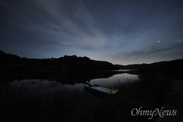 붕어찜을 먹고 나니 서산 너머로 해가 진다. 물가에 앉았다. 아버지와 같이 갔던 낚시터가 산들바람에 실려 왔다 사라졌다.