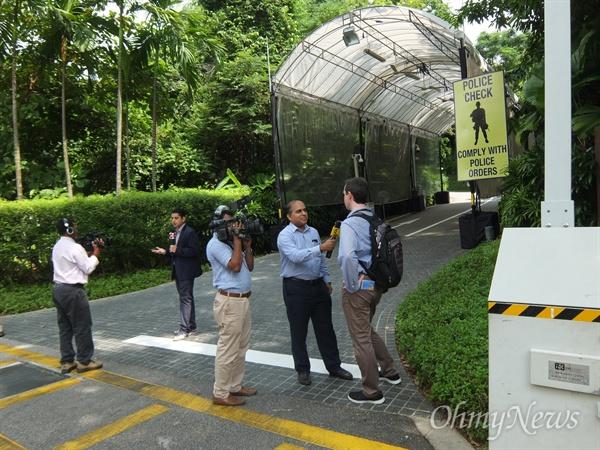 북미정상회담을 이틀 앞둔 10일 오후, 북미 정상이 만날 싱가포르 센토사섬 카펠라 호텔 주변은 보안이 한층 강화된 모습이었다. 호텔 앞 취재진의 모습