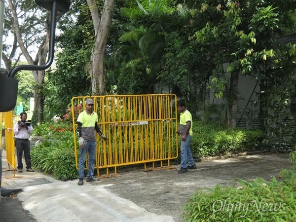 북미정상회담을 이틀 앞둔 10일 오후, 북미 정상이 만날 싱가포르 센토사섬 카펠라 호텔 주변에는 호텔 주변 통행로를 차단하려는 듯 노란색 가림막도 설치되기 시작했다(사진)