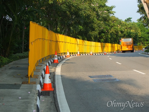 [북미정상회담] 센토사섬에 설치된 노란장벽 10일 오후, 이틀 뒤 북미정상이 만나게 될 싱가포르 센토사섬 카펠라호텔 정문 앞에는 통행로를 따라 약 1.5~1.7m 높이의 노란색 가림막도 추가로 설치됐다.
