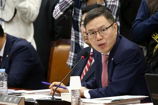 정태옥 전 한국당 대변인이 10일 저녁 결국 탈당했다. 정태옥 의원은 인천시 기획관리실장을 지냈기 때문에 그의 인천 비하 발언으로 인한 충격은 더 컸다. 정 의원 탈당을 두고 시민단체는 한국당의 예상된 꼬리 자르기라고 비판했다