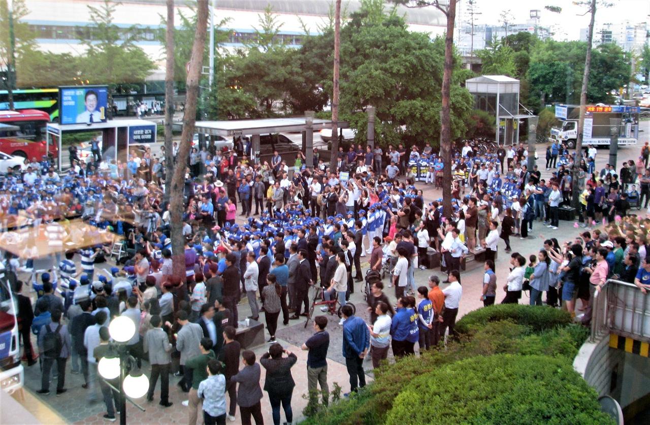 10일 저녁 안산 중앙역 건너편에서 열리는 이재명 후보 집중유세에 모인 유권자들