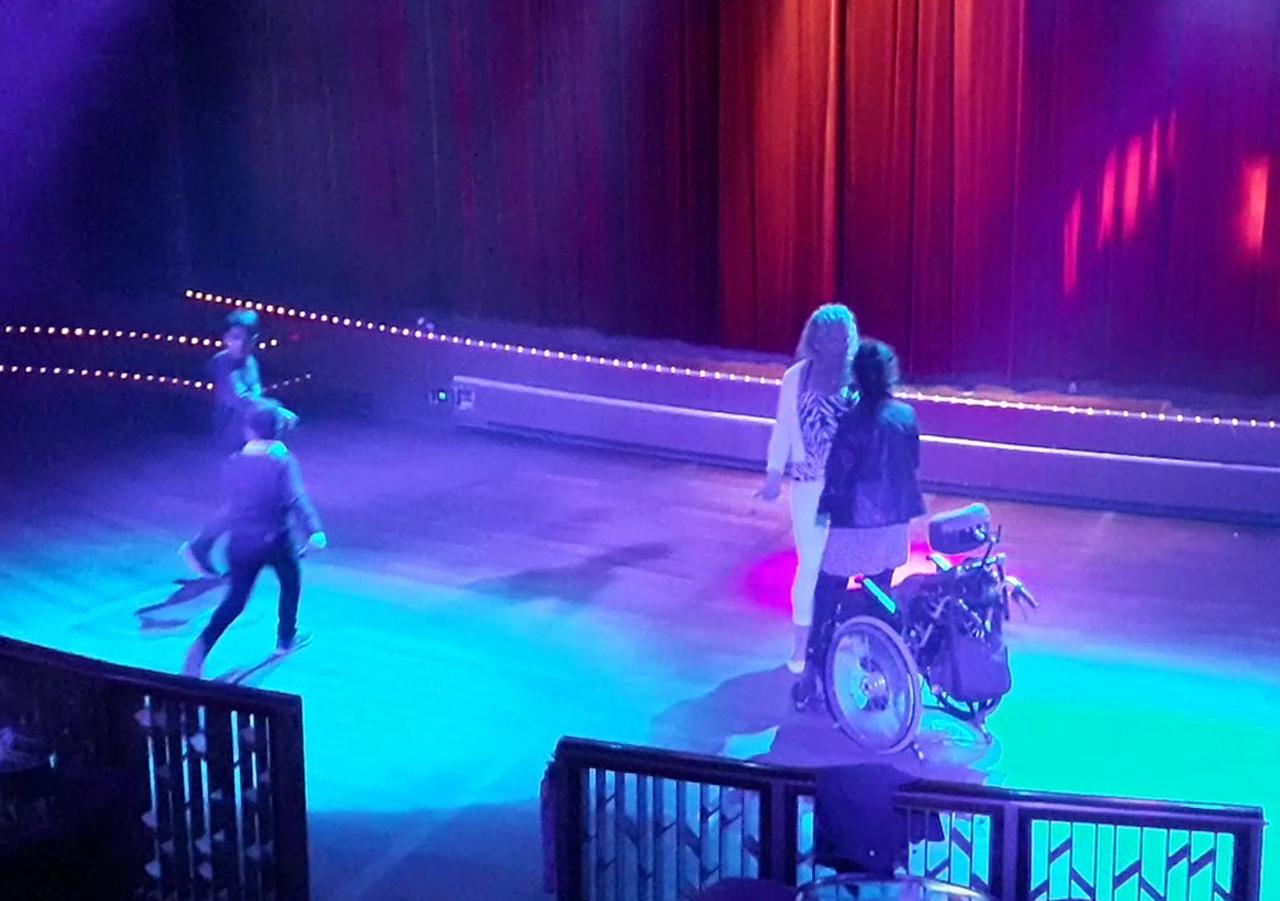 휠체어 탄 여성과 그 보호자가 나와 춤을 추자 두 어린이도 나와 동참했다. (스웨덴 스톡홀름에서 핀란드 헬싱키로 향하는 크루즈 나이트클럽에서)
