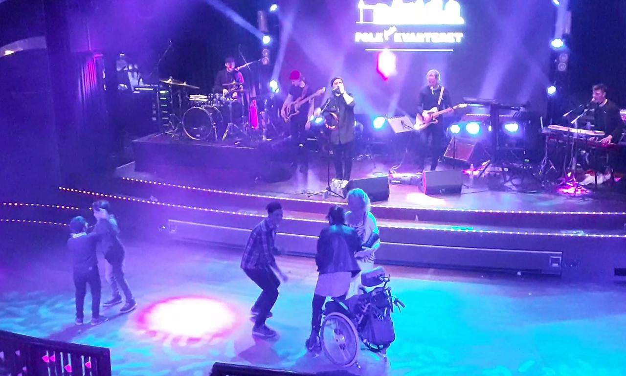 휠체어 탄 여성과 그 보호자의 춤판에 어린이들과 청년이 동참하고, 밴드의 연주가 더해지면서 분위기가 한층 고조되었다. (스웨덴 스톡홀름에서 핀란드 헬싱키로 향하는 크루즈 나이트클럽에서)