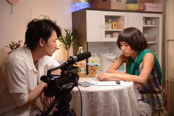 영화 <백설공주 살인사건>에서 아카호시 역을 맡은 아야노 고, 카리노 역을 맡은 렌부츠 미사코.