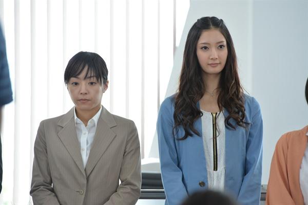 영화 <백설공주 살인사건>에서 시로노 역을 맡은 이노우에 마오, 미키 역을 맡은 아라이 나나오.