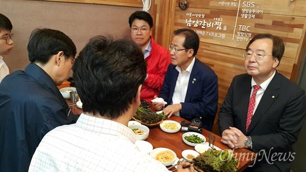 홍준표 자유한국당 대표가 11일 오후 예정에 앖던 서문시장을 찾아 상인들과 만난 뒤 한 식당에서 지인들과 식사를 하고 있다.