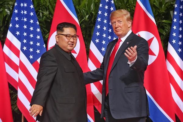역사적인 북-미 정상 첫 만남 역사적인 첫 북미정상회담이 열린 12일 오전 싱가포르 센토사 섬 카펠라호텔에서 김정은 국무위원장과 트럼프 대통령이 첫 만남을 갖고 있다.