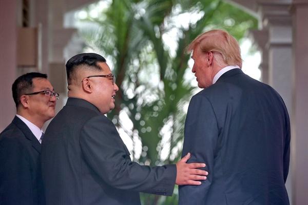 역사적인 북-미 정상 만남 역사적인 첫 북미정상회담이 열린 12일 오전 싱가포르 센토사 섬 카펠라호텔에서 김정은 국무위원장과 트럼프 대통령이 회담장으로 향하고 있다.