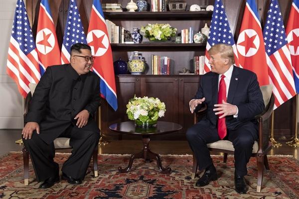 역사적인 북-미 정상 단독회담 역사적인 첫 북미정상회담이 열린 12일 오전 싱가포르 센토사 섬 카펠라호텔에서 김정은 국무위원장과 트럼프 대통령이 단독회담을 하고 있다.