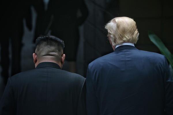 산책 나선 북-미 정상 김정은 국무위원장과 트럼프 대통령이 12일 오후 싱가포르 센토사섬 카펠라호텔에서 회담을 마친 뒤 산책을 하고 있다.