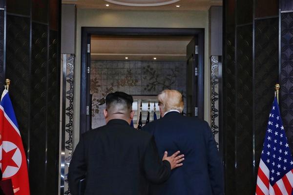 합의문 서명 마친 북-미 회담 사상 첫 북미정상회담이 열린 12일 오후 싱가포르 센토사섬 카펠라호텔에서 김정은 국무위원장과 트럼프 대통령이 공동 합의문에 서명을 마친 뒤 떠나고 있다.