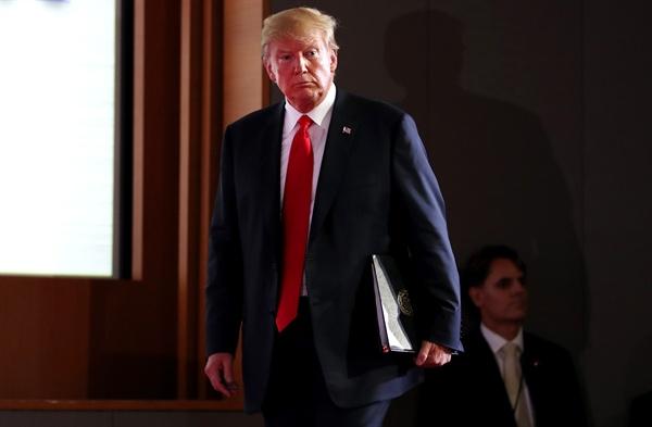 북미정상회담 결과 발표하는 트럼프 북미정상회담을 마친 트럼프 대통령이 12일 오후 싱가포르 센토사섬 카펠라호텔에서 기자회견을 하기 위해 입장하고 있다.
