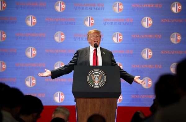 북미정상회담 결과 발표하는 트럼프 북미정상회담을 마친 트럼프 대통령이 12일 오후 싱가포르 센토사섬 카펠라호텔에서 기자회견을 하고 있다.