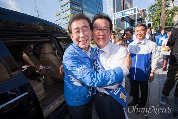 박원순 더불어민주당 서울시장 후보가 선거를 하루 앞둔 12일 오후 서울 강남구 신사역 인근에서 유세를 마치고 강남구청장 정순균 후보와 함께 포옹하고 있다.