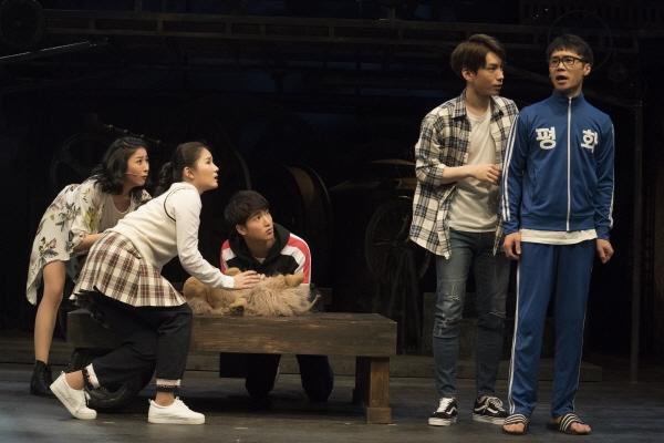 뮤지컬 <무한동력>의 한 장면. 하숙집에 살고 있는 5명의 청춘들이다.
