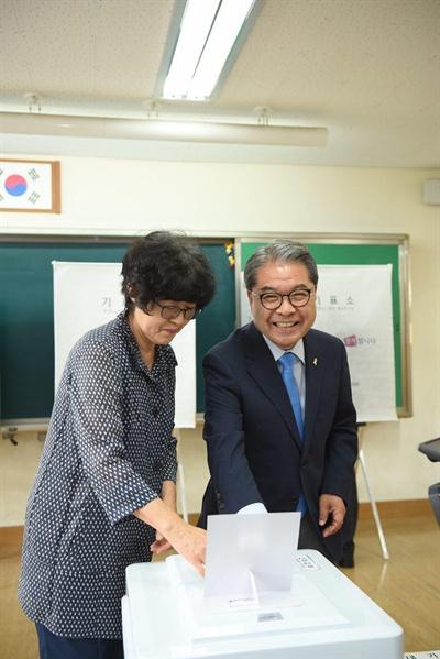 부인과 함께 투표하는 이재정 경기도교육감 후보.