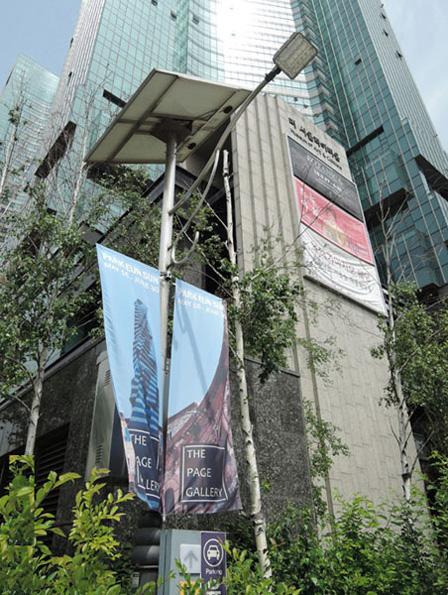 '더페이지갤러리'가 위치한 갤러리아 포레 입구의 '박은선'전시 거리포스터