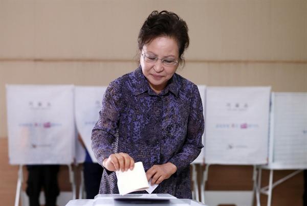 고 노무현 전 대통령 부인 권양숙 여사가 13일 오전 경남 김해시 진영읍 제7 투표소인 진영문화센터를 찾아 투표하고 있다.