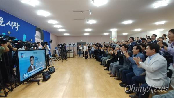 방송3사 출구조사 결과 허태정 후보가 대전시장 당선이 확실시 되는 것으로 나타나자 허 후보 캠프에 모인 지지자들이 환호하고 있다.