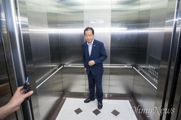 홍준표 자유한국당 대표가 13일 오후 서울 여의도 당사에서 지방선거 출구조사를 지켜보던 중 자리를 떠나고 있다.