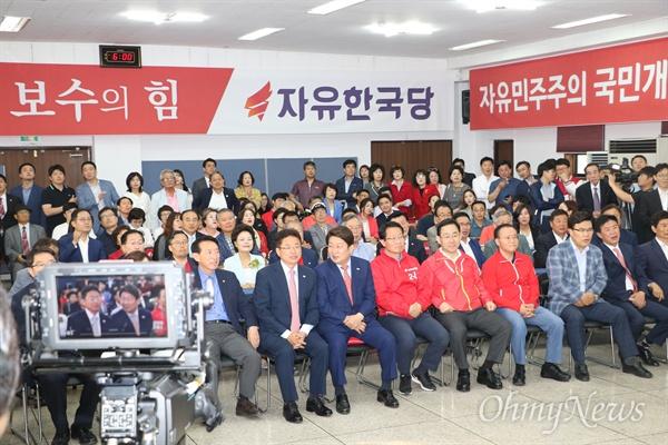 자유한국당 대구시당 강당에 모인 이철우 경북도지사 후보와 권영진 대구시장 후보가 지지자들과 함께 TV를 통해 발표되는 사전출구조사를 지켜보고 있다.