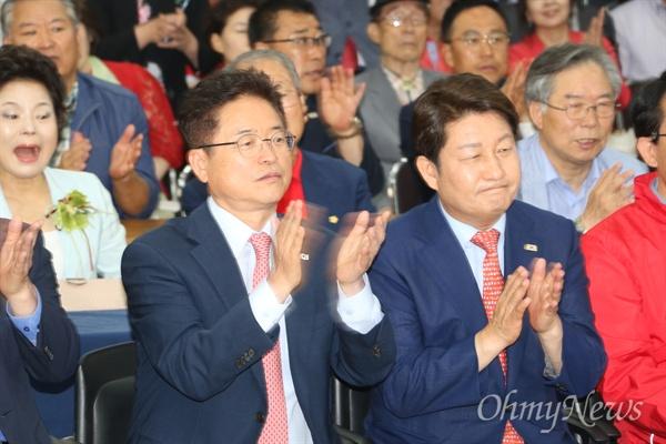 자유한국당 대구시당 강당에서 방송3사의 출구조사 결과를 지켜보던 이철우 경북도지사 후보와 권영진 대구시장 후보가 승리하는 것으로 나오자 박수를 치고 있다.