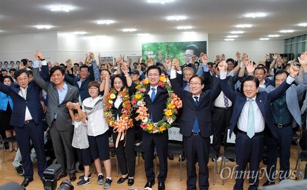 허태정 더불어민주당 대전시장 후보가 13일 밤 당선이 확정되자 지지자들과 함께 환호하고 있다.