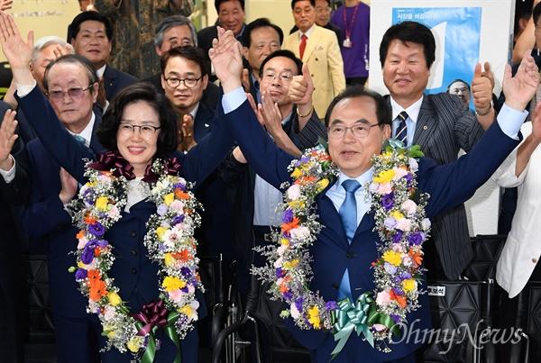 13일 밤 오거돈 부산시장 당선자가 부인 심상애씨와 함께 서면 선거캠프에서 지지자들의 환호를 받으며 기쁨을 표시하고 있다.