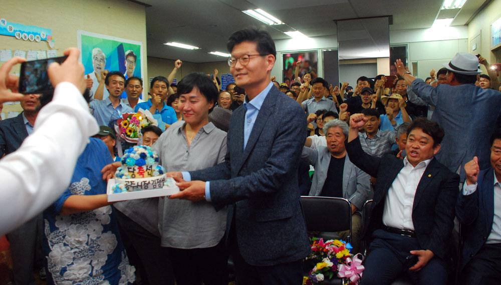 6.13 지방선거 충남 공주시장 더불어민주당 김정섭 당선자와 부인인 곽현실 여사에게 당선 케이크가 전달되고 있다.