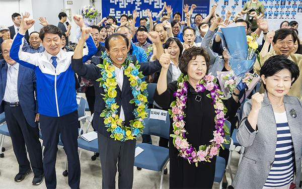 당선이 확정되자 최문순 후보가 개표 상황을 지켜보던 지지자들과 환호하고 있다.